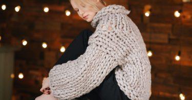 Объемный свитер крупной вязки спицами: схема (женский)