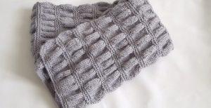 красивый и стильный шарф для подростка-мальчика спицами