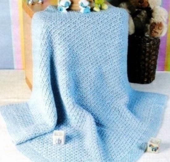 Нежно-голубой плед, связанный спицами для новорожденных