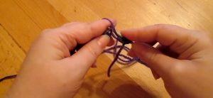 Накидываем рабочую нитку на спицу