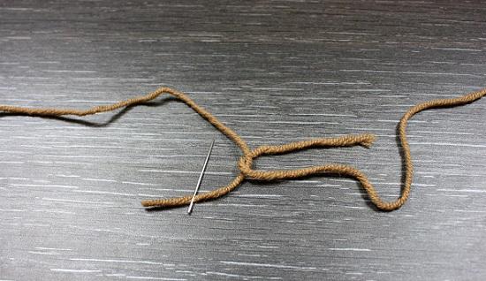 Конец одной из нитей вденьте в ушко иглы