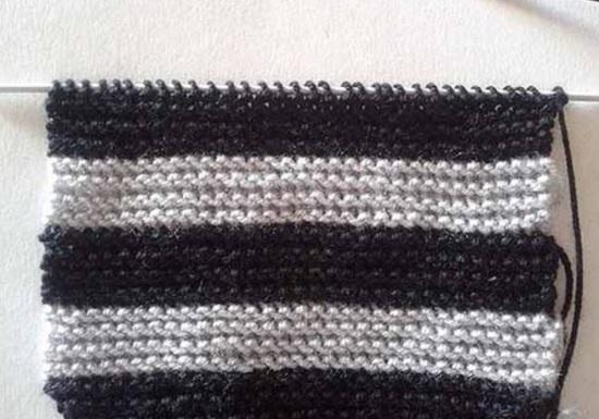 вяжите ровную полоску, чередуя черный и серый цвет