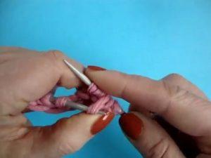 Затем подхватываем накид левой спицей