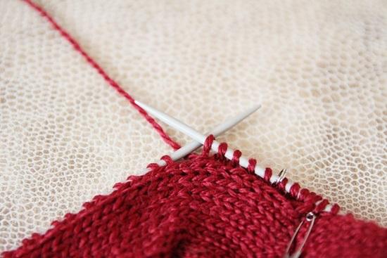 перемещаем рабочую нитку за вязаное полотно