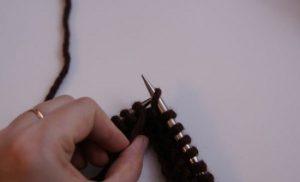 Перемещаем рабочую нитку перед изделием