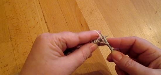 Выводим рабочую нитку перед работой и снимаем