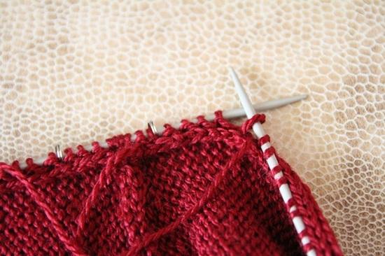 разворачиваем вязаное полотно на противоположную