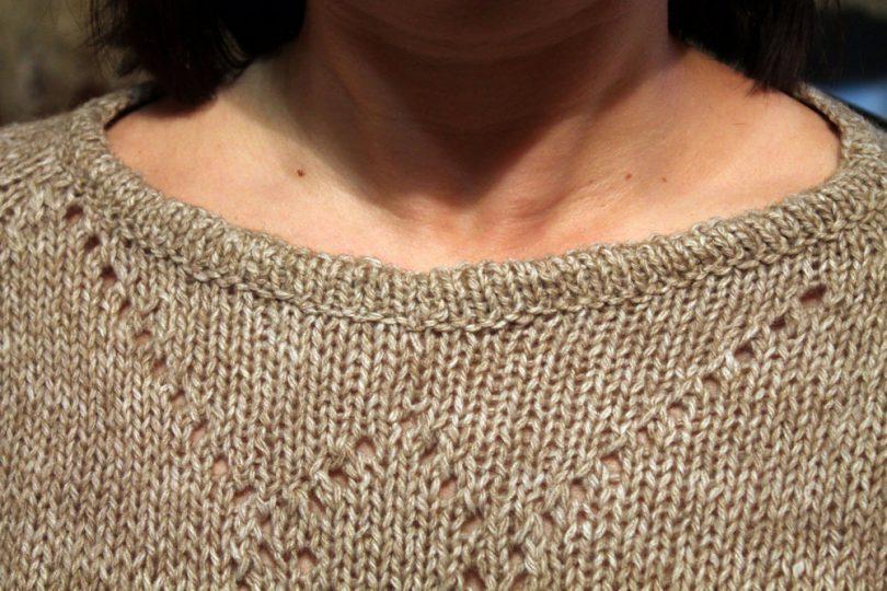 Как вязать горловину изделия спицами?