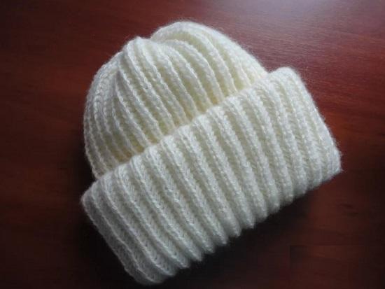 шапка крупной вязкой спицами с отворотом