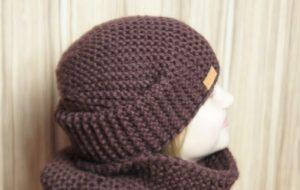 ультрамодная шапка крупной вязки спицами