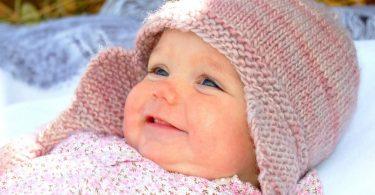 Как связать шапочку спицами для новорожденного?