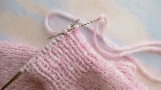Как закрыть петли иглой при вязании спицами?
